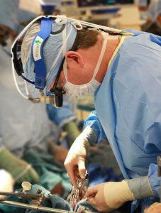 surgeon 1049535 960 720 227x300 - Αγγειοχειρουργός